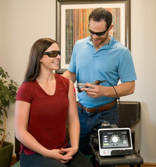 dr endriss using deep tissue laser therapy on a patient